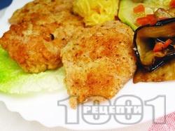 Панирани мариновани в мед и соев сос пилешки шницели панирани в яйца и галета - снимка на рецептата